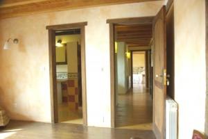 Habitación, baño y pasillo