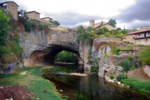 Puentedey, su joya es esta roca horadada por el río Nela